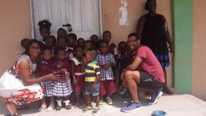 Dominik Rist mit Kindern in Ghana